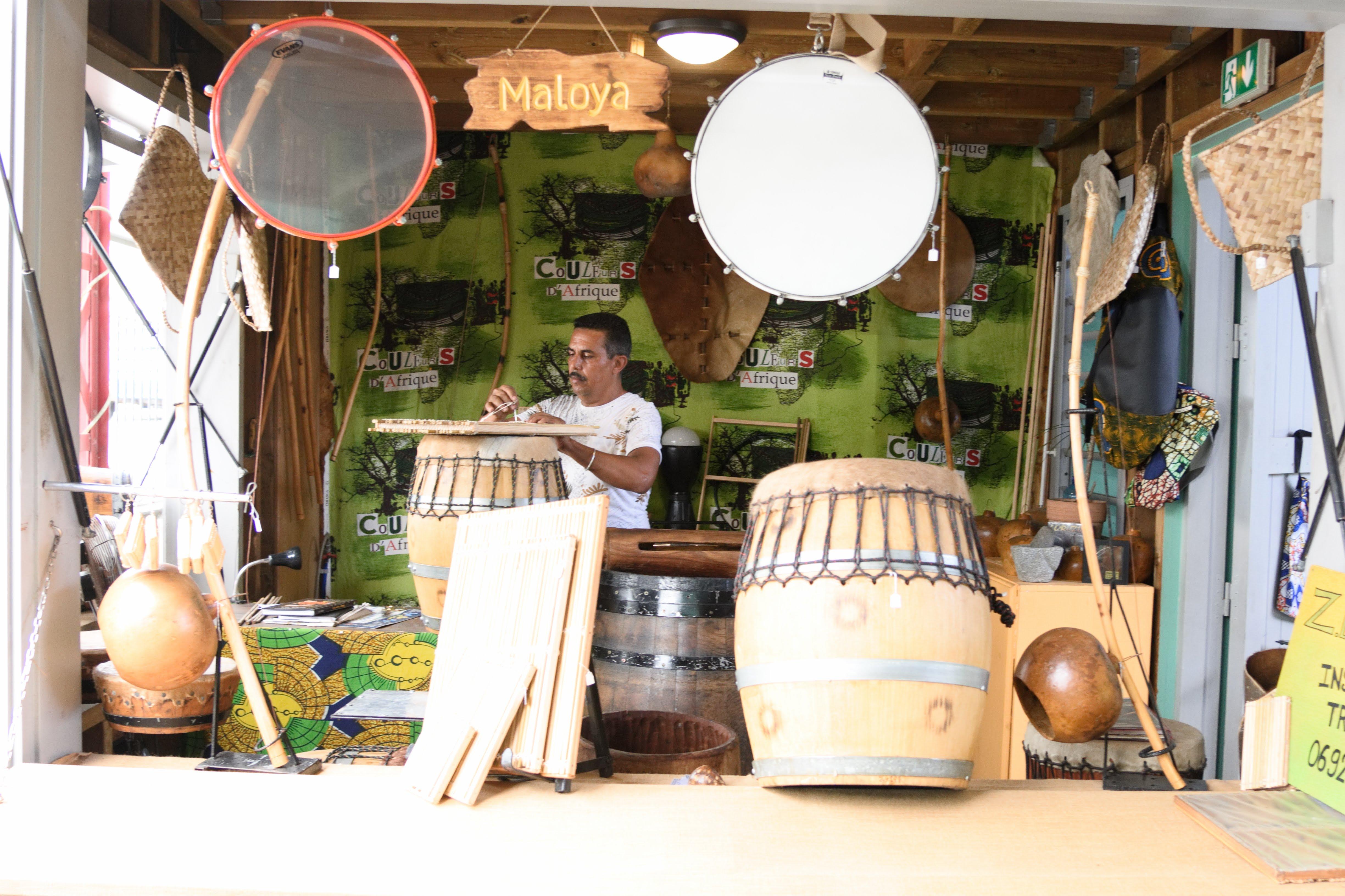 Jean-Luc Robert fabrique des instruments de musique traditionnels à La Réunion