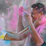 La Holi est une fête indienne où l'on se jette des poudres de couleurs