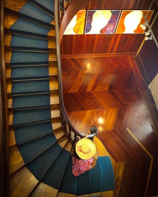 Vue sur les escaliers en bois de l'Artothèque