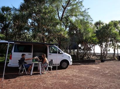 Repas devant le van